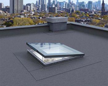 Fakro solar platdakraam elektrisch bediend op zonne-energie 100x100 cm.