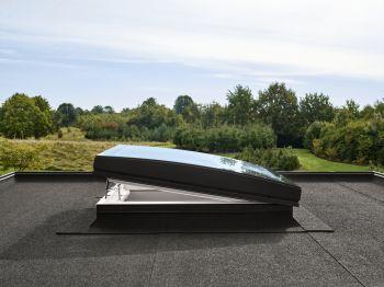 VELUX gebogen glaskoepel elektrisch en compleet met dakopstand 90x90 cm.